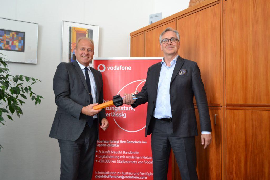 Landrat Gerhard Radeck und Rolf-Peter Scharfe von Vodafone freuen sich auf eine gute Zusammenarbeit