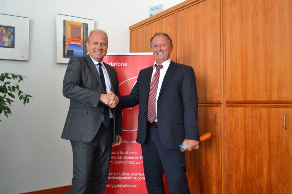 Dipl.-Ing. Uwe Krabbe von Lan Consult und Landrat Gerhard Radeck freuen sich auf das Projekt und eine gute Zusammenarbeit
