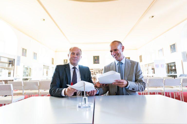 Landrat Gerhard Radeck und Jürgen Raith, bei Vodafone Direktor der Glasfaser-Vermarktung unterzeichnen den Betreibervertrag (Foto: Sebastian Petersen - Philigran Studio)