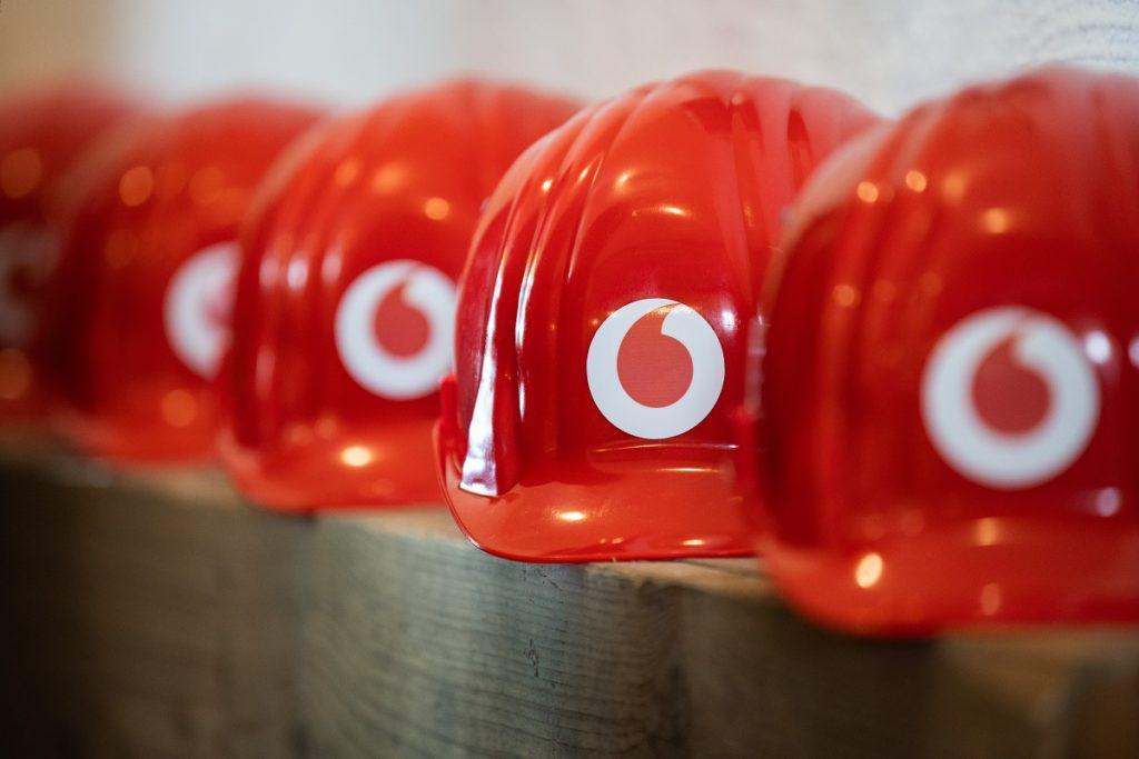 Helme mit Vodafone-Marke: Partner des Landkreises HE für den Glasfaserausbau